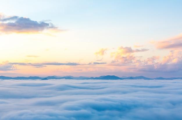 遠くに山々と美しい空