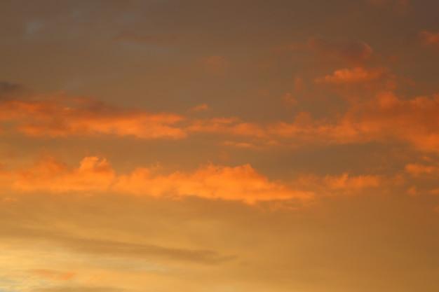 일몰에 오렌지 구름과 함께 아름 다운 하늘입니다. 고품질 사진