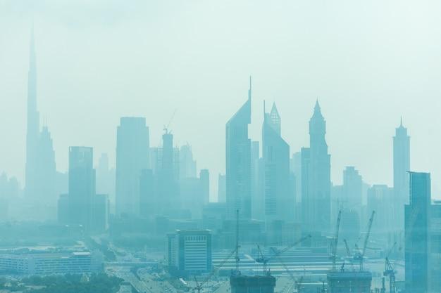 낮 빛에 모래 먼지로 둘러싸인 두바이의 아름다운 스카이 라인