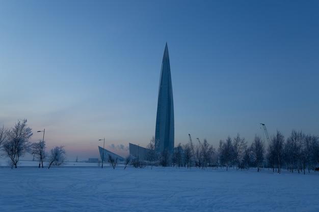 Красивый небоскреб в парке 300 лет в санкт-петербурге, россия.