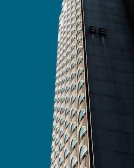 青空の下で美しい超高層ビル