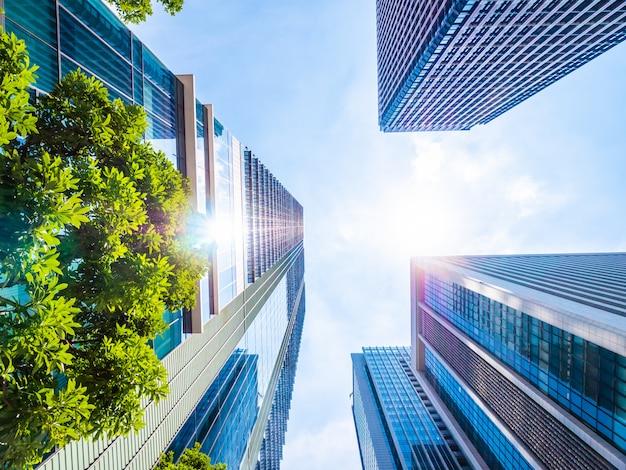 Красивый небоскреб с архитектурой и строительством вокруг города