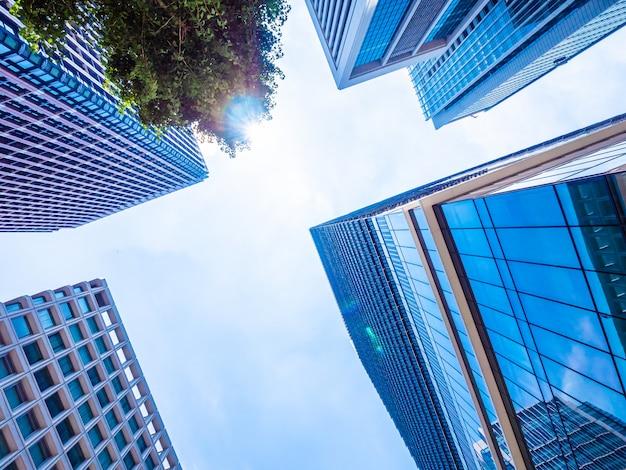 Красивый небоскреб с архитектурой и зданием вокруг города