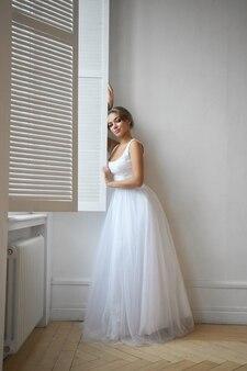 Красивая стройная женщина в белом свадебном платье, новая коллекция платьев для невесты