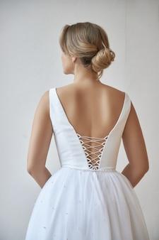 Красивая стройная женщина в белом свадебном платье