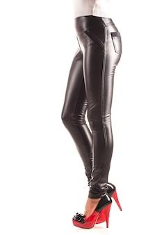 ベージュのハイヒールレギンスの美しいスリムな女性の脚。スタイリッシュな服とスリムな脚のコンセプト。