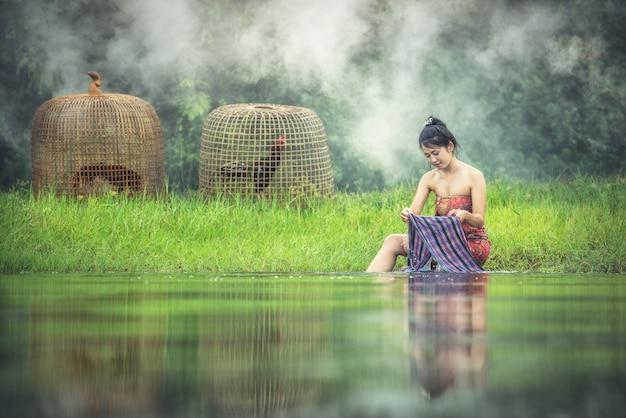 夏にサロンを着た小川でセクシーなポーズ美しいスリムフィットネスモデル