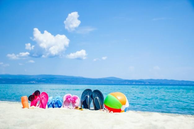 自然の背景に海ギリシャの砂の美しいスリッパ