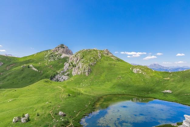 美しい小さな高山湖(lago di valparola)ヴァルパローラ峠、ドロミテ、イタリア