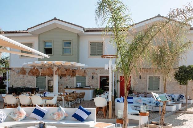 Красивый небольшой семейный отель с рестораном на открытом воздухе на побережье средиземного моря в турции.