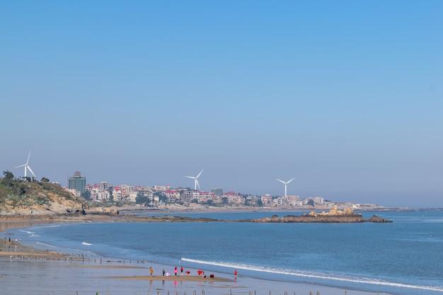 긴 해안선과 깨끗한 해변과 바닷물이 있는 아름다운 작은 어촌