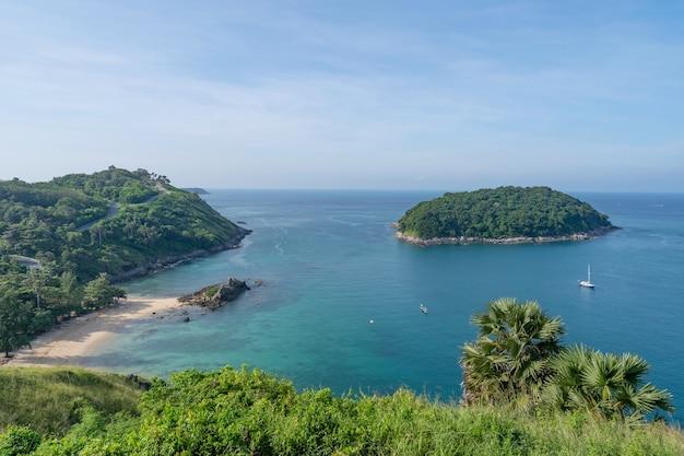 Красивый небольшой остров в тропическом море недалеко от мыса лаем промтхеп в пхукете, таиланд, удивительный архипелаг вокруг острова пхукет.