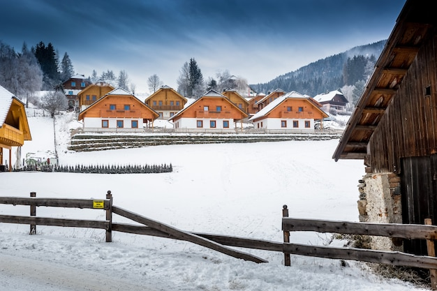 겨울 알프스의 아름다운 작은 마을