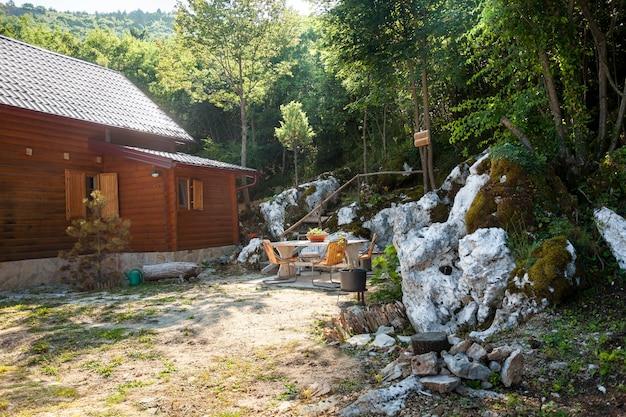 높은 산에 숲에서 아름 다운 작은 목조 주택