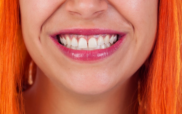 Красивая улыбка рыжий женщины