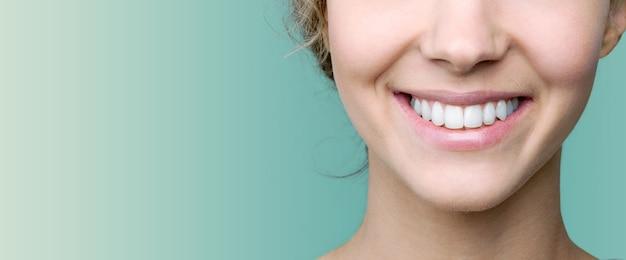 Красивая улыбка молодой женщины со здоровыми белыми зубами