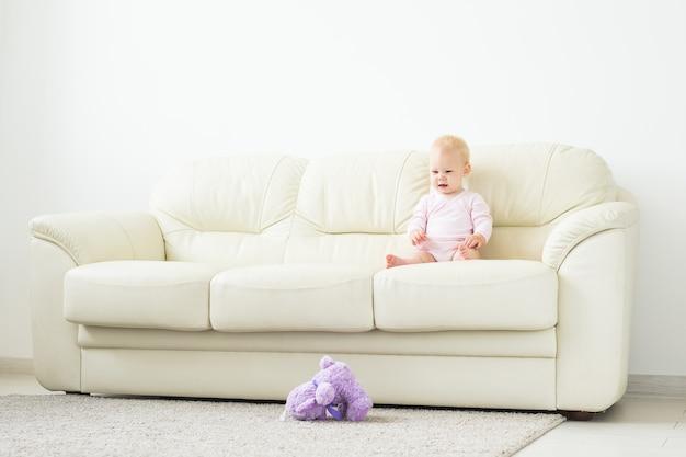 앉아 아름 다운 웃는 아기