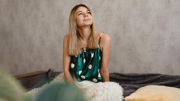 Красивая улыбающаяся блондинка в зеленой пижаме. доброе утро концепция