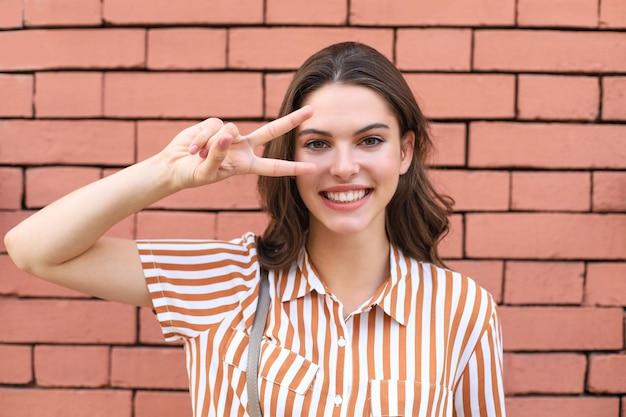 夏の流行に敏感な服を着た美しい笑顔のブルネットモデル。面白くて前向きな女性が楽しんでいます。