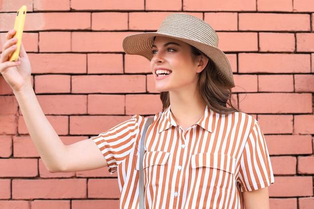 아름 다운 미소 갈색 머리 모델 여름 hipster 옷을 입고. 재미 있고 긍정적인 여자 재미입니다.