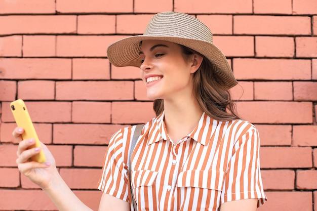 Красивая улыбающаяся модель брюнетки одета в летнюю хипстерскую одежду. смешная и позитивная женщина с удовольствием.