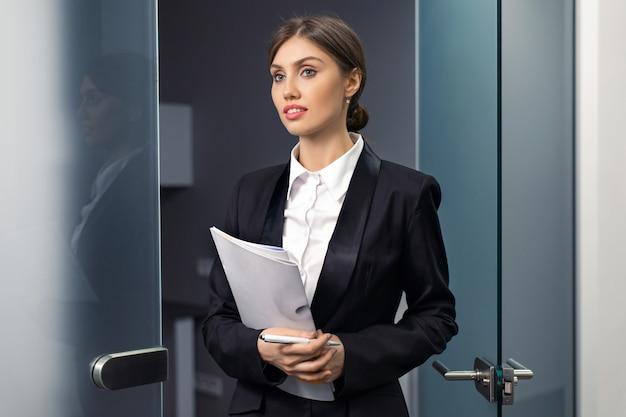 Красивые улыбающиеся бизнесвумен, держа файлы