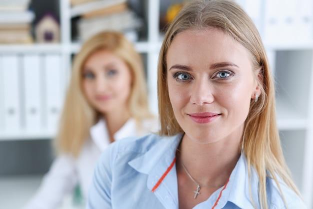 職場で美しい笑顔の実業家の肖像画