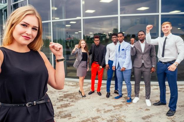 Красивая улыбающаяся деловая женщина с афро-американским и европейским партнером, успешной многорасовой деловой мужской командой, делающей селфи вместе на камеру