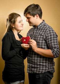 붉은 마음을 손에 들고 사랑에 아름 다운 미소 커플