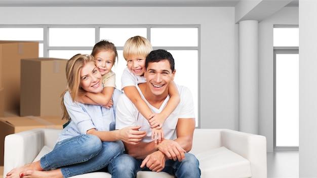 집에서 소파에 앉아 아름 다운 웃는 가족
