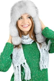Красивая улыбающаяся девушка в шляпе, изолированные на белом фоне