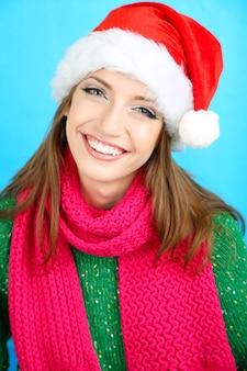 サンタ帽子の美しい笑顔の女の子