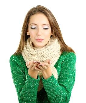 Красивая улыбающаяся девушка в теплом вязаном шарфе, изолированном на белом