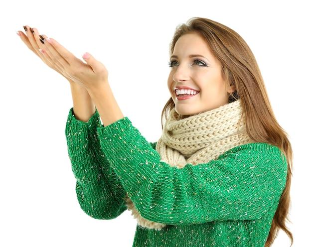 Красивая улыбающаяся девушка в теплом вязаном шарфе изолирована