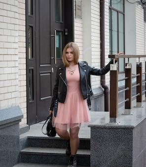 現代の街の通りに美しい笑顔の女の子