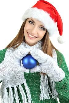 Красивая улыбающаяся девушка с елочным шаром изолированы