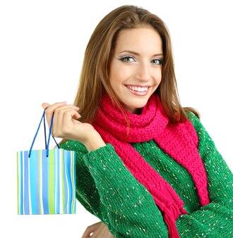Красивая улыбающаяся девушка с подарочным пакетом, изолированным на белом