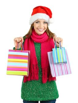 Красивая улыбающаяся девушка с изолированными подарочными пакетами
