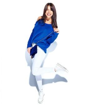 캐주얼 세련 된 여름 스웨터와 흰색 배경에 고립 된 블루 핸드백에 아름 다운 미소 hipster 갈색 머리 여자 모델. 전장