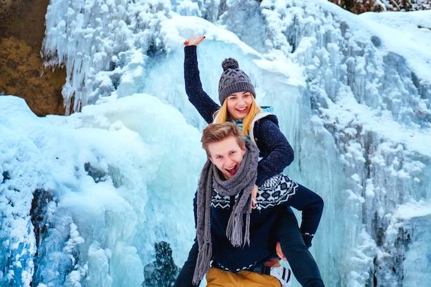 바위, 산, 폭포에 서 있는 아름다운 미소 힙스터 커플, 산 모험 탐험에서 자비로운 미소 두 남자, 세련된 야외 활동