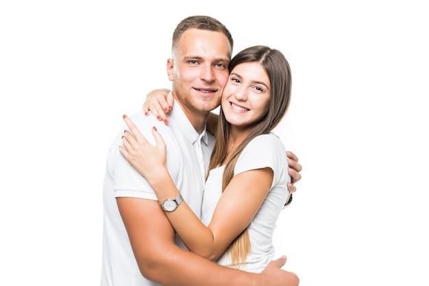 Bella sorridente abbracciano giovane coppia isolata su sfondo bianco