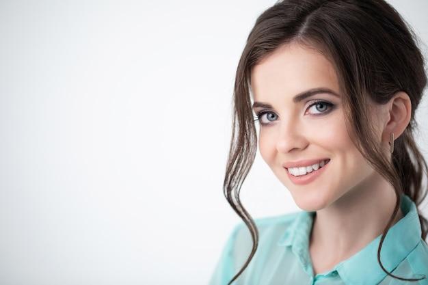Красивая улыбающаяся дама