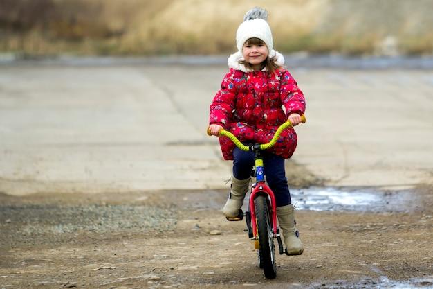 아름 다운 미소 어린 소녀 승마 자전거