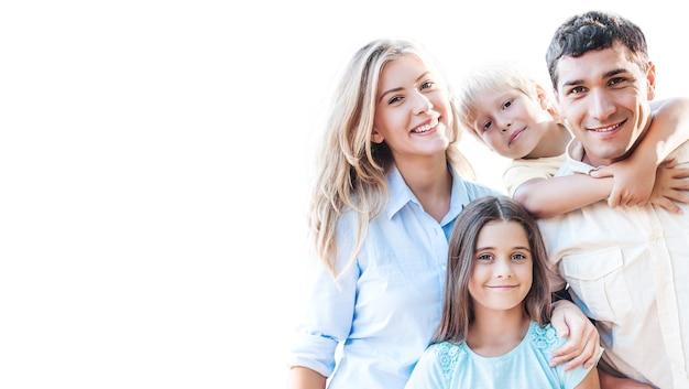 背景に美しい笑顔の素敵な家族