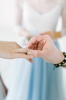 결혼 반지와 유리 상자를 들고 결혼식의 아름 다운 미소 마스터
