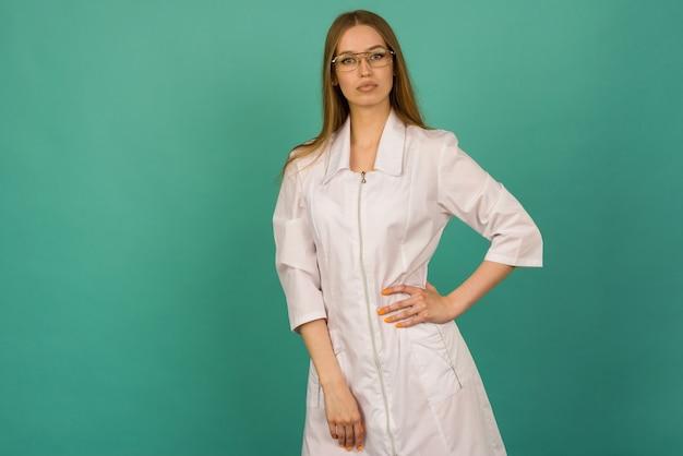 Красивая улыбающаяся сексуальная медсестра или женщина-врач