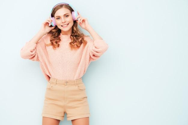 여름 옷을 입은 아름다운 웃는 여자