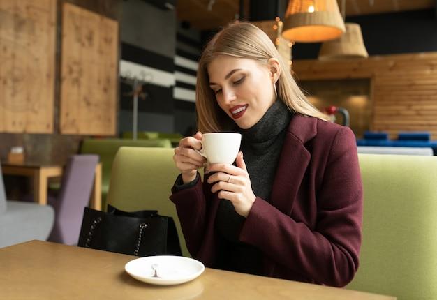 カフェでコーヒーを飲んで笑顔美人。