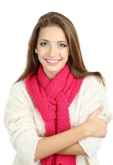 白で隔離の暖かいニットスカーフの美しい笑顔の女性