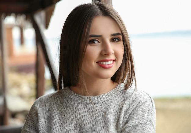 屋外で笑顔の美しい女性